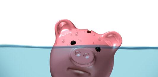 Cofre em formato de porco afundando na água