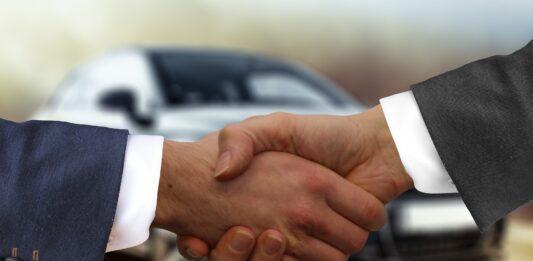 homens apertando mãos
