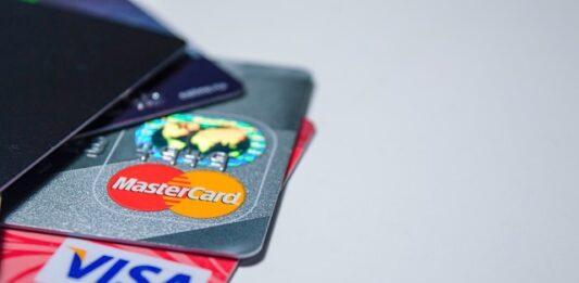 quatro cartões de crédito em cima da mesa