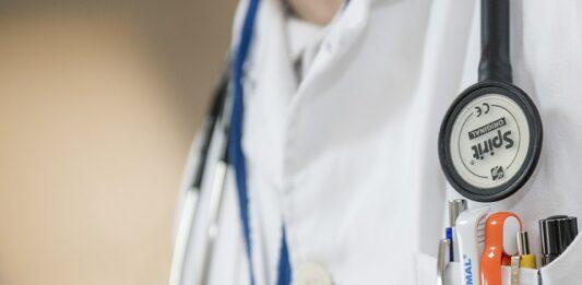 Médico com estetoscópio no pescoço