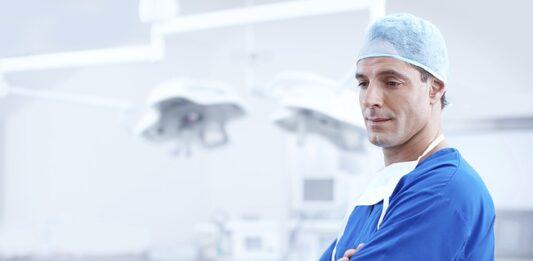 Médico de braço cruzado em uma sala de operação