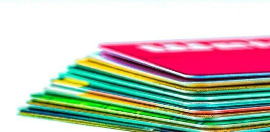 Vários cartões de crédito empilhados