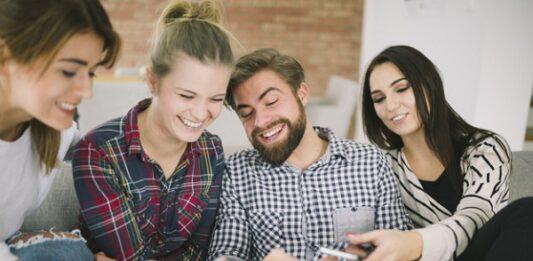 4 pessoas conversando e usando celular