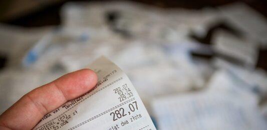 Pessoa segurando nota fiscal