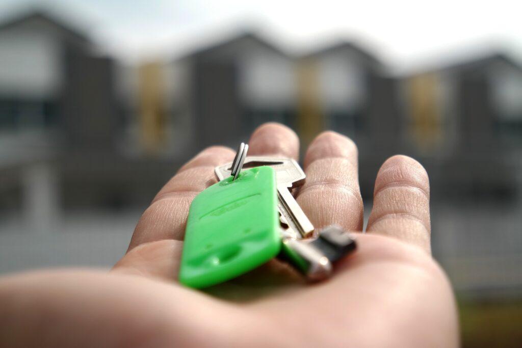 mão segurando chaves
