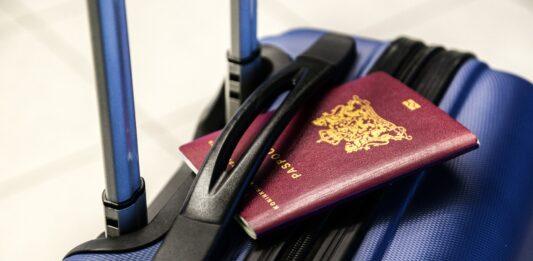 Mala de viagem azul escura com passaporte europeu