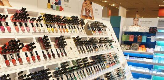 mostruário de maquiagem com diversos produtos O Boticário