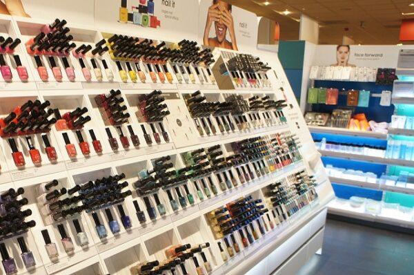 mostruário de maquiagem com diversos produtos