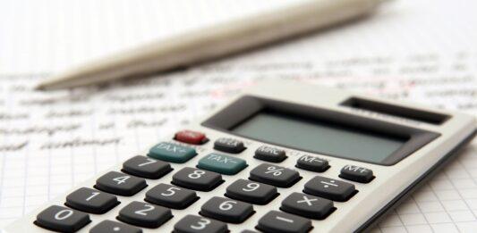 Calculadora sobre um papel escrito