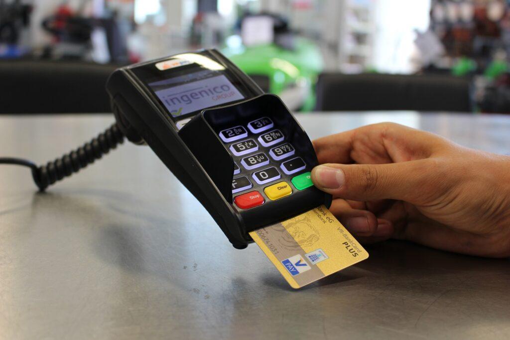 Pessoa usando máquina de cartão de crédito