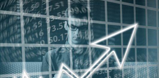 Homem investindo - montagem com gráficos