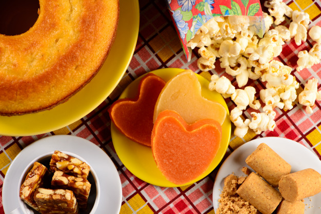 imagem de uma mesa de festa junina com comidas