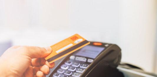 cartão sendo passado em máquina de cartão