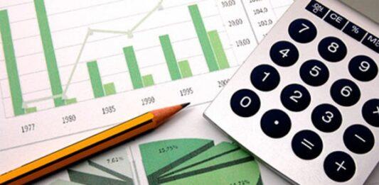Lápis, calculadora e papel com vários gráficos