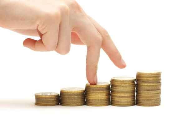 Dedos em cima de fileiras de moedas