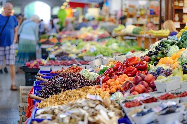 imagem contém frutas e legumes dentro de caixote no supermercado