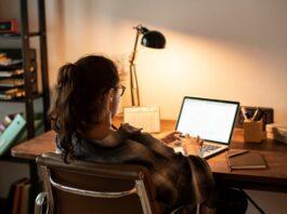 mulher trabalhando em home office com notebook