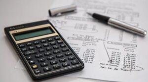 calculadora financeira em cima de uma planilha