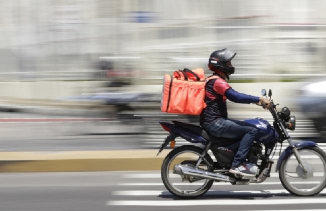 entregador em moto