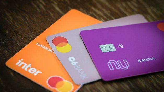 cartões dos bancos inter, nubank e inter enfilerados