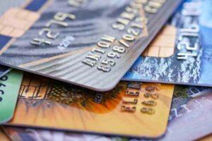 vários cartões de crédito misturados