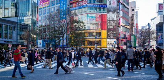trabalhadores japoneses transitando pela rua