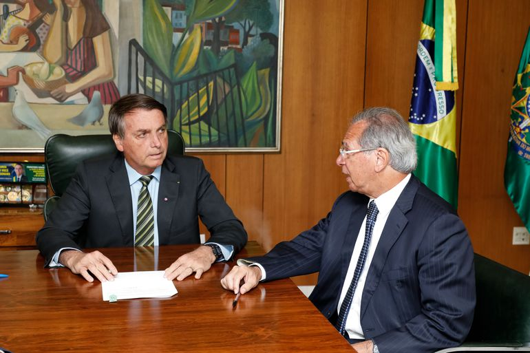 Imagem contém Bolsonaro e Paulo Guedes em reunião para ilustrar o texto sobre auxílio emergencial