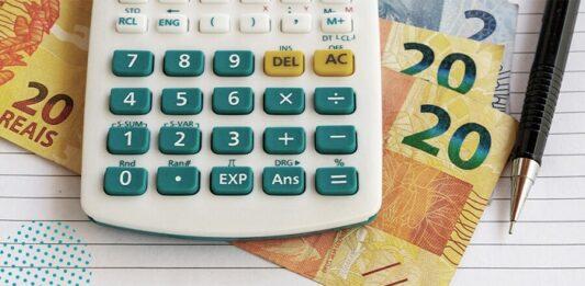 calculadora e notas de real