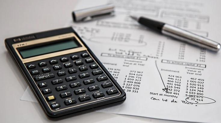 calculadora com anotações para cálculo da taxa Selic