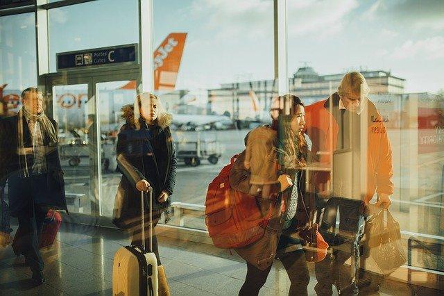 Passageiros de voo em fila no aeroporto para cancelar passagem aérea
