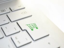 Tecla enter com desenho de carrinho de compras na cor verde em um teclado