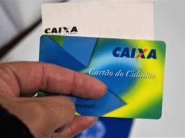 Mão segurando cartão cidadão