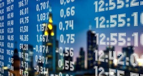 Telão com aluguel de ações refletindo os prédios de uma cidade