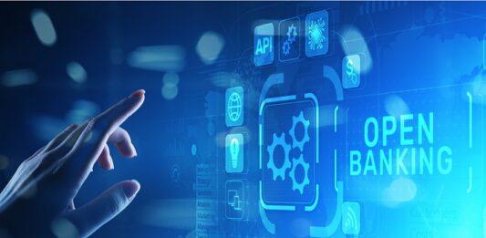 mão clicando em painel com ícones de vários dispositivos