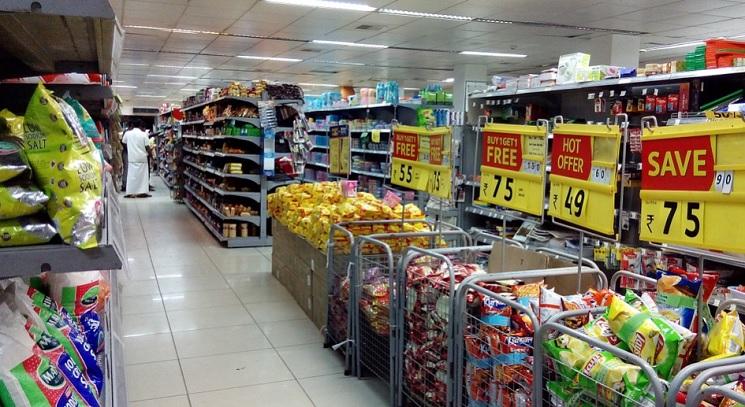 Seção de um mercado, com várias gôndolas e produtos expostos