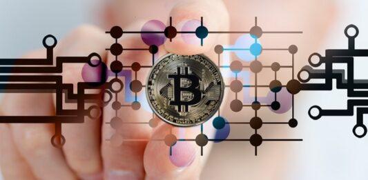 Montagem de dedos segurando criptomoeda Bitcoin