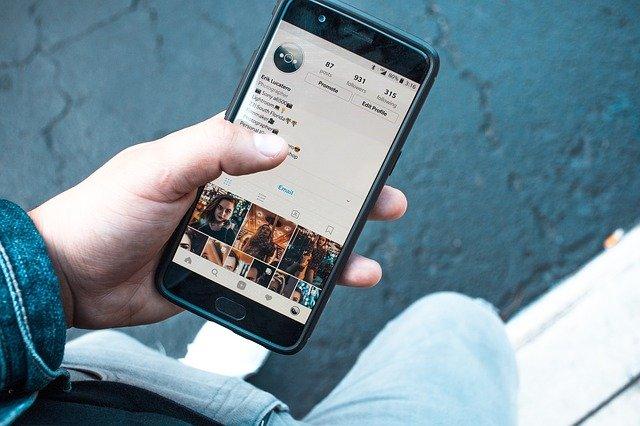 Pessoa acessando Instagram no celular