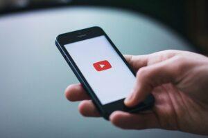 Pessoa acessando Youtube pelo celular