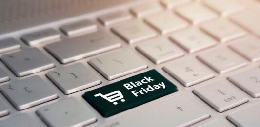 Teclado de notebook com tecla grande preta escrito Black Friday e ícone de carrinho de compra