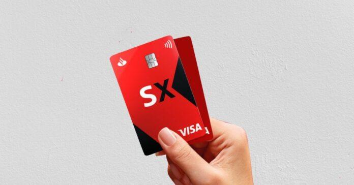 Mão segurando o cartão Santander SX