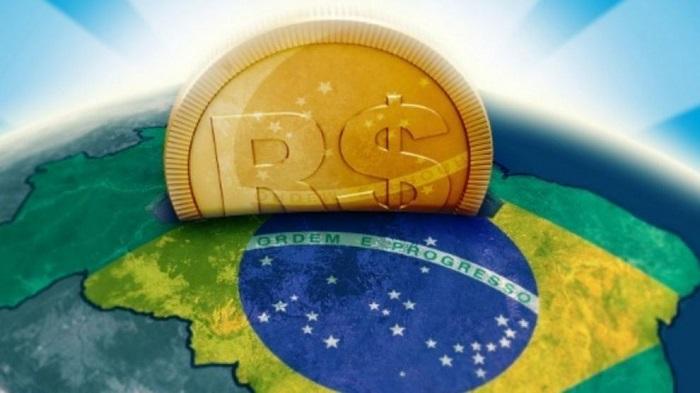 montagem de metade de uma moeda em cima do mapa do Brasil