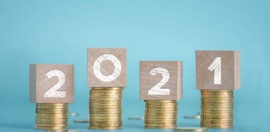 Fileiras de moedas com blocos de madeira com números de 2021
