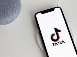 celular com a imagem do TikTok