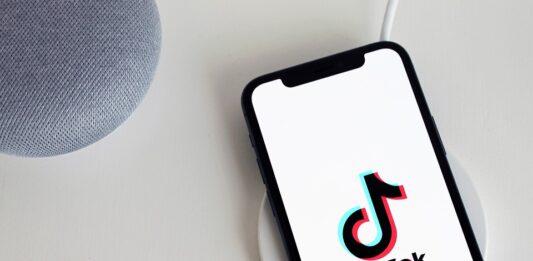 celular com o aplicativo do TikTok