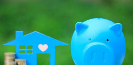 Cofre de porquinho azul e montante de moedas