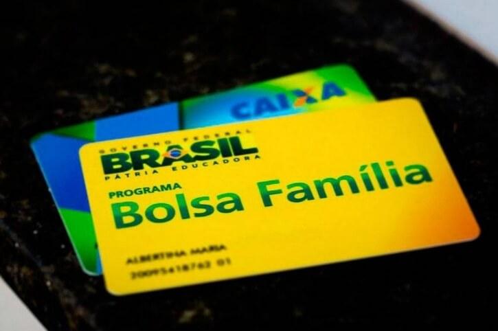 Cartão do bolsa família em cima do cartão cidadão