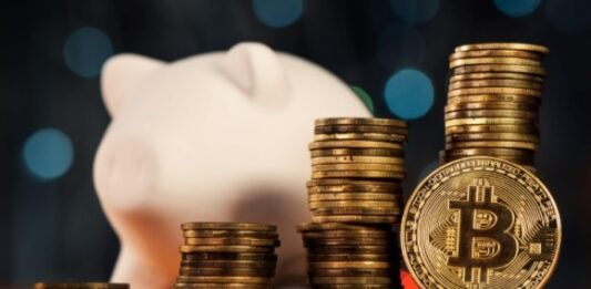 Cofre de porquinho e várias moedas digitais do Bitcoin
