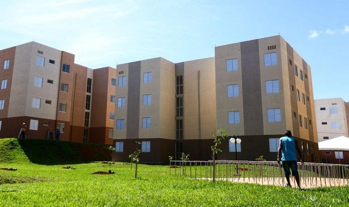 Homem observa condomínio com apartamentos do Programa Casa Verde e Amarela