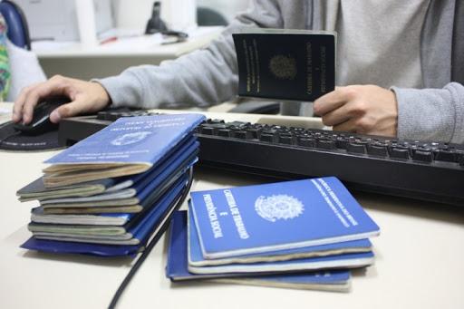 imagem de uma pessoa com várias carteiras de trabalho