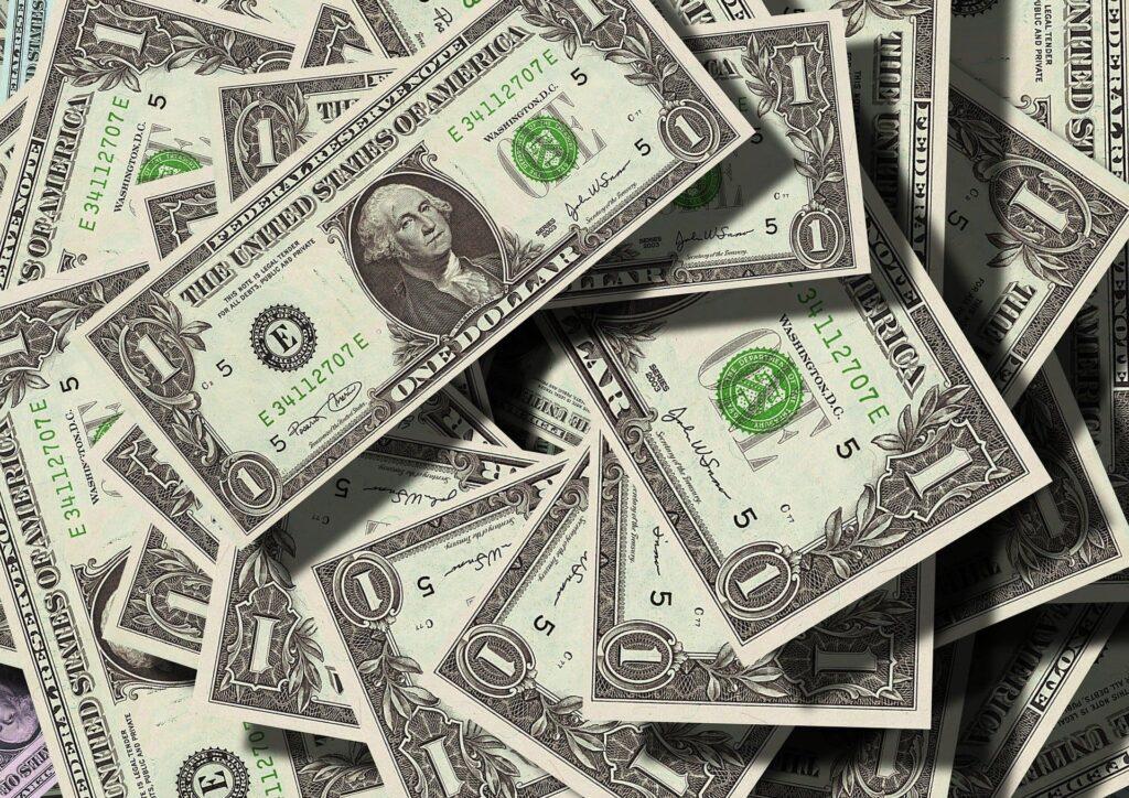 Várias notas de dólar espalhadas